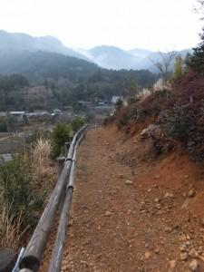 宮山の山頂から見はらし場へ(伊勢市横輪町)