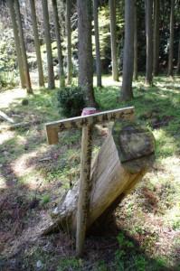 「女鬼峠、五桂峠・池」への道標(旧国束寺跡)