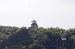 伊勢安土桃山文化村の安土城天主閣(二見生涯学習センター付近から望む)