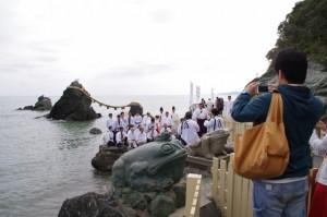 お白石持ち行事 浜参宮後の記念撮影(二見興玉神社)