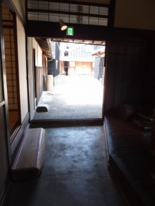 母屋から望む角吾座(伊勢河崎商人館)