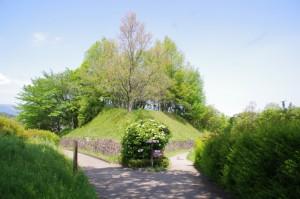 高松塚周辺地区公園の休憩所から高松塚古墳へ