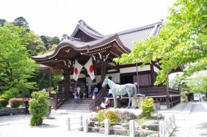 本堂と太子の愛馬である黒駒(橘寺)