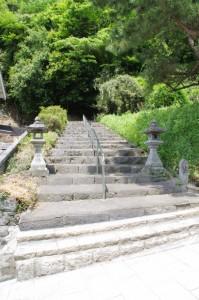 岡寺からの坂道で見つけた治田神社への石階(参道)