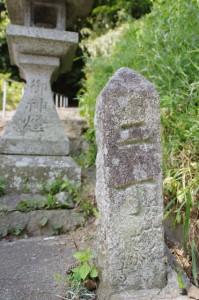 岡寺からの坂道で見つけた岡寺への道標