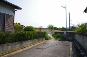 橿原市菖蒲町一丁目19の地名標の先の細い道