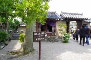 蘇我入鹿の首塚への案内矢印(飛鳥寺)