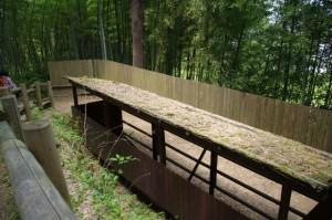 復元された石垣の覆屋(酒船石遺跡)