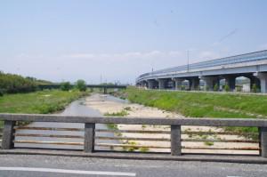 朝明橋から望む朝明川、JR関西本線鉄橋と伊勢湾岸自動車道