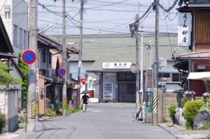 (271)から遠望する JR富田駅