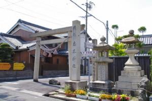 志氐神社の社標と鳥居(2943)