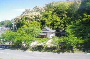 近鉄 鳥羽線の車窓から望む相生神社(伊勢市朝熊町)