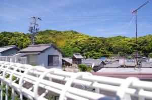 旧小浜小学校前からの風景、祠?
