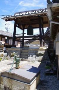 井戸と鐘楼(済渡院)