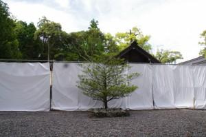 四至神と工事用フェンスで囲われた五丈殿、九丈殿(外宮)
