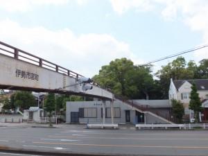 歩道橋と宮町公民館、今社の社叢