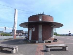 シルクハットをかぶったような円筒形の建物(度会橋(宮川)東詰)
