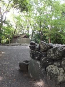 草奈伎神社と石積みの蕃塀