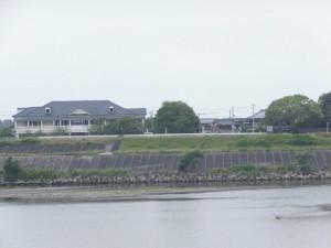右岸堤防から望む対岸にある尾崎咢堂記念館