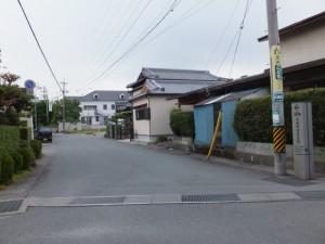 「← 100m 尾崎咢堂記念館」の道標付近
