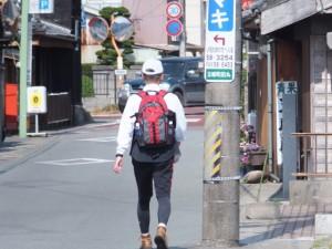 先行する男性(玉城町田丸)