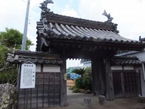 永昌寺の山門と工事中の境内