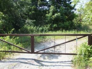 「西山三角点入口」のプレートが掛けられたゲート