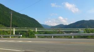 国道42号線越しに望む紀勢自動車道の高架橋