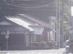 JR紀勢本線 栃原駅に停車中の列車内から望む川添神社