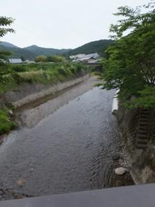 小川橋から望む奥河内川の上流側、JR紀勢本線の鉄橋