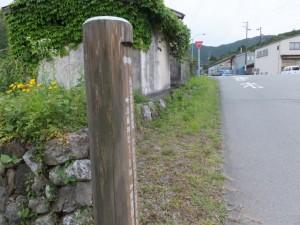 国道42号線との合流点の道標(JR阿曽駅の先)