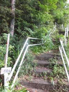 行者山への階段