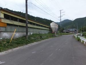 国道42号線からそれた旧道沿いの養鶏場