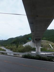 国道42号線 間弓信号付近に架かる伊勢自動車道の高架