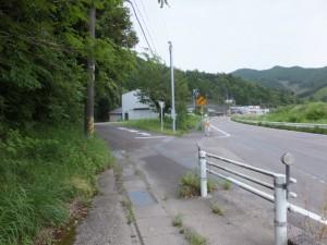 国道42号線から側道への分岐(菅谷不動の手前)