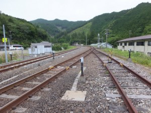 JR紀勢本線 朱行谷踏切付近から望む梅ヶ谷駅方向