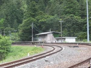 JR紀勢本線 朱行谷踏切付近から望む梅ヶ谷駅