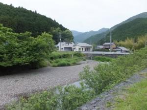 ツヅラト峠への歩行者用道から望む栃古川
