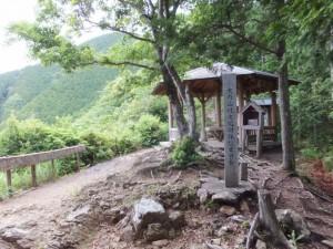 標石と東屋(ツヅラト峠)