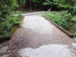 棚田跡付近の橋と石碑