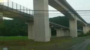 JR紀勢本線と交差する紀勢自動車道