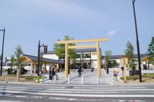 竣工式を終えた伊勢市駅前広場の鳥居