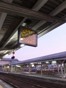 JR伊勢市駅にて始発列車の出発を待つ