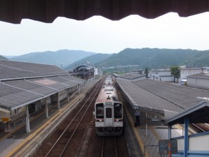 JR紀勢本線 紀伊長島駅の跨線橋から望む梅ヶ谷駅方向