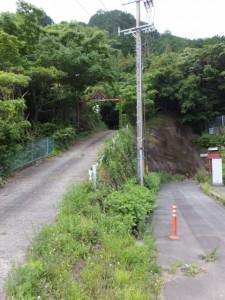 佐甫道への坂道と古里歩道トンネルへと続く道
