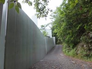 工事用のフェンスを右に見ながら(佐甫道)