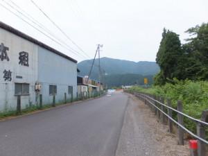 倉庫とJR紀勢本線の柵