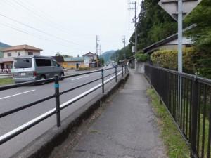 中新田バス停へ(国道42号)