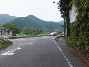 「相賀新町バス停 1.5km、永泉寺 550m」の道標から国道42号へ合流
