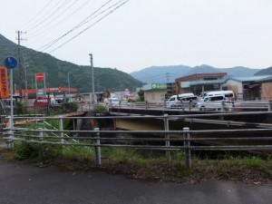 「相賀新町バス停 1.5km、永泉寺 550m」の道標から国道42号への合流付近